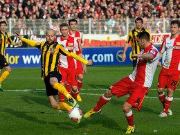 Enge Sache: Dresdens Trojan und Unions Pfertzel gehen beinahe gleichzeitig zum Ball.
