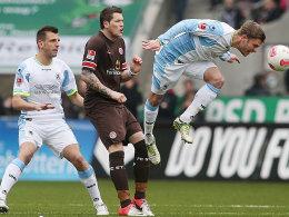 Zugedeckt. Münchens Stark klärt per Kopf vor Hamburgs Torschützen Ginczek und seinem Bewacher Vallori.