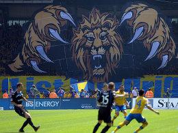 """Die """"Löwen"""" sind zurück: Elabdellaoui (re.) und seine Eintracht bestritten das vorerst letzte Heimspiel in der 2. Liga."""