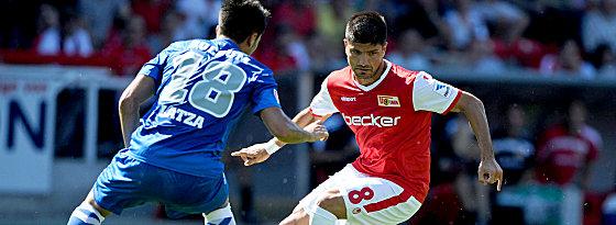 Bochums Danny Latza gegen Baris Özbek (re.)
