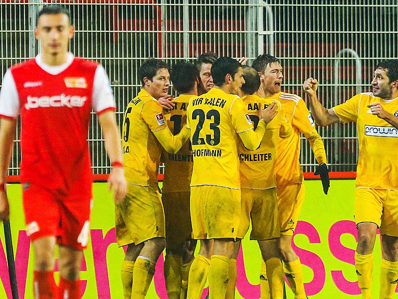 Die abermalige Führung! Valentini (verdeckt) wird von seinenTeamkollegen zum zweiten Treffer beglückwünscht.