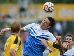 Autsch! Dominik Stroh-Engel verschafft sich im Luftkampf gegen Leandro unfair Platz.