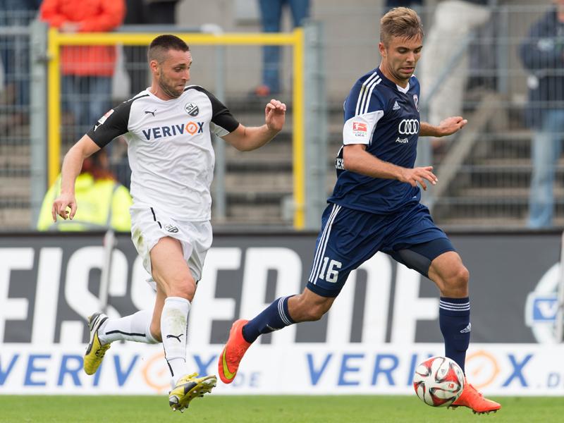 Perfekter Standort für das 2:0: Sandhausens Marc Pfertzel (li.) kann Lukas Hinterseer nicht am Tor hindern.