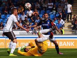 Unglücksrabe: Philipp Ziereis (li.) bekommt von Philipp Tschauner den Ball an die Brust - von wo er ins Tor springt.