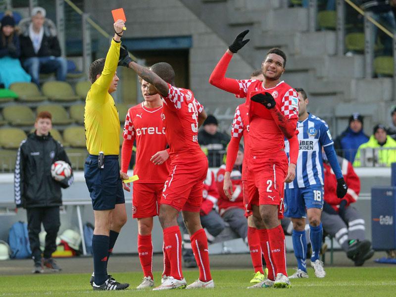 Tah (Nr. 2) kann es nicht fassen, Schiedsrichter Robert Hartmann zeigt ihm die Gelb-Rote Karte.