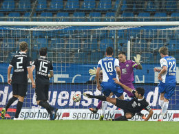 Bochums Fabian (Nr. 19) hat aufgelegt, Terodde zieht ab - und trifft zum zwischenzeitlichen Ausgleich.