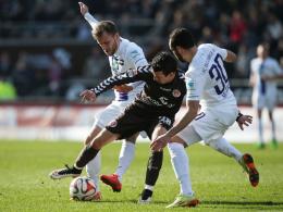 Rechtzeitig fit zum Abstiegskrimi: St. Paulis Waldemar Sobota (Mitte) ist gegen Michael Fink (li) und Selcuk Alibaz dabei.