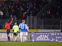 Amsif sieht Rot, rechts liegt Sailer nach dem heftigen Foulspiel des Berliner Keepers.