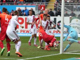 Alexander Ring stochert das Leder zum 1:0 für den FCK über die Linie.