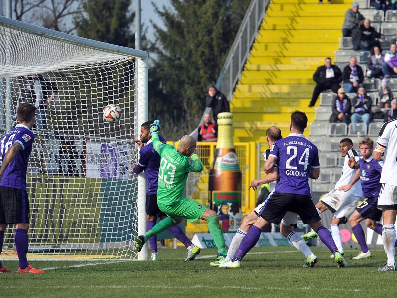 Die Vorentscheidung: Aalens Quaner (im Hintergrund) trifft nach Gjasulas Ecke volley zum 2:0.