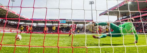 Verlud Aalens Keeper zum 1:1-Ausgleich: Union-Angreifer Sebastian Polter.