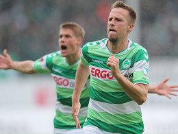 Freude pur: Fürths Marco Stiepermann (re.) bejubelt sein soeben erzieltes 1:0.