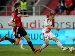 Jakub Sylvestr ist vor Benjamin Hübner am Ball, schießt diesen aber am langen Pfosten vorbei.