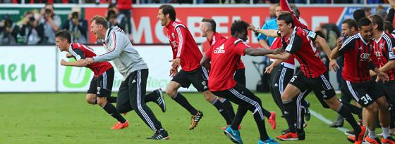 Trainer Ralph Hasenhüttl und die komplette Bank stürmen den Platz.