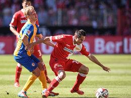 Obwohl es nicht mehr um viel ging, sorgten die Berliner um Skrzybski (r.) für ein sehenswertes Spiel. Hier setzt sich der Union-Angreifer gegen Braunschweigs Hochscheidt durch.