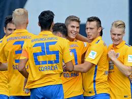 Eintracht Braunschweig bejubelt den Treffer von Stürmer Emil Berggreen (3.v.r.).
