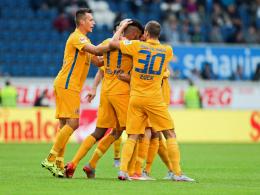 Die Braunschweiger bejubeln das 1:0 durch Mirko Boland.