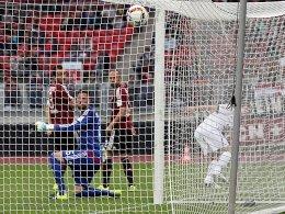 Klos (re., verdeckt) trifft gegen die verdutzt dreinblickenden Hovland, Kirschbaum und Brecko (v.l.) zum 1:0 für Bielefeld.