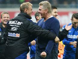 """Die pure Freude: Der """"Tiger"""" Effenberg jubelt mit seinem Co-Trainer Sören Osterland."""