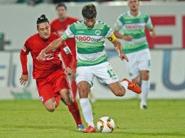 Fürths Marco Caligiuri (re.) gegen Bielefelds David Ulm.
