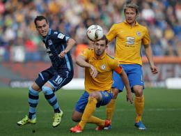 Braunschweigs Kapitän Schindler nimmt den Ball ins Visier.