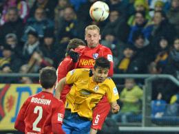 Kopfballduell: Bochums Fabian steigt höher als Braunschweigs Holtmann.