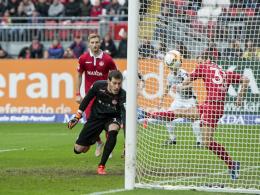 Chris Löwe versucht noch klären, haut sich den Ball aber zum 0:1 ins eigene Netz.