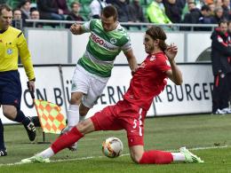 Aufgehalten: Leipzigs Nukan grätscht gegen Fürths Berisha rein.