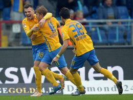 Wird nach seinem Treffer von den Kollegen geherzt: Jan Hochscheidt (#11) erzielte die Braunschweiger Führung.