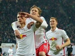Leipzigs Willi Orban jubelt mit Emil Forsberg über seinen Treffer zum 2:0.