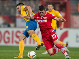 Damir Kreilach (re., im Zweikampf mit Patrick Schönfeld) erzielte gegen die Eintracht einen Doppelpack.