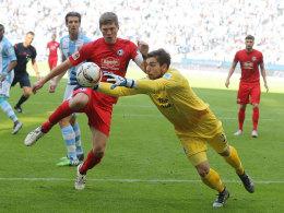 Machte zu wenig aus seinen Chancen: Bielefelds Angreifer Fabian Klos (Mitte) im Zweikampf mit 1860-Torhüter Stefan Ortega.