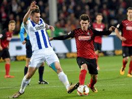 Umkämpft: Karlsruhes Dimitris Diamantakos (li.) streitet mit Freiburgs Pascal Stenzel um den Ball.