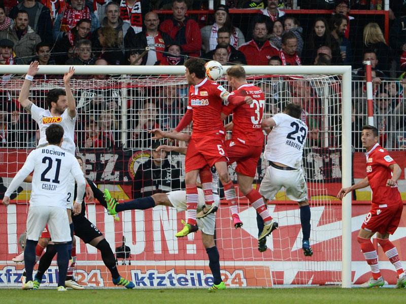 Erzielt das goldene Tor: Unions Kessel (Nummer 5) nickt den Eckball zum 1:0 gegen Bochum ein.