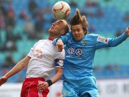 Umkämpft: Leipzigs Tim Sebastian (li.) kämpft mit dem Chemnitzer Chris Löwe um den Ball.