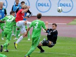 Szene aus dem Hinspiel: Michael Müller hält gegen Michael Preuß.