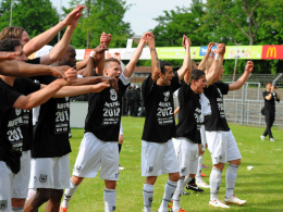Die Ulmer Mannschaft feiert den Aufstieg