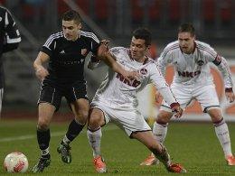 Gianluca Simari (SVH, li.) gegen Sebastian Gärtner (1. FCN II)