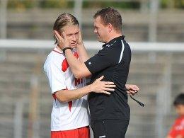 Trainer Uwe Koschinat (re.) ist zufrieden mit seinen Spielern.