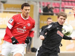 Petar Sliskovic (li.) im Zweikampf mit Freiburgs Mike Schulz