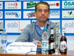 Konsternierter Blick in eine ungewisse Zukunft: Der Vertrag von Magdeburgs Trainer Andreas Petersen wird nicht verlängert.