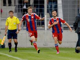 Ylli Sallahi (r.) feiert sein Tor zum 2:1 im Münchner Derby