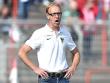 Ver�rgert �ber die ersten 20 Minuten in Gladbach: Aachen-Coach Hans-Peter Schubert.
