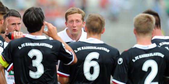 Kaiserslauterns Coach im Gespr�ch mit seinen Jungs: Konrad F�nfst�ck (hinten, mi.).