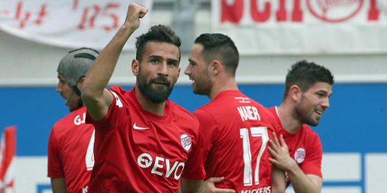 Benjamin Pintol (Mi., Torsch�tze zum 1:0) und die Kickers Offenbach machten heute den ersten Tabellenplatz klar.