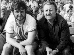 """War nach seiner aktiven Zeit auch RWE-Coach: Willi Vordenbäumen, hier an der Seite von Willi """"Ente"""" Lippens."""