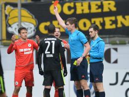 Rote Karte mit Folgen: Schiedsrichter Florian Exner zeigt Patrick Bauder (li.) die Rote Karte.