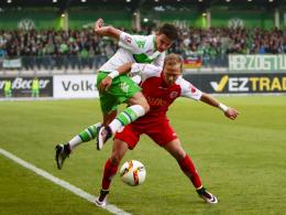 Sebastian Stolze (Wolfsburg, links) und Alexander Nandzik (Regensburg, rechts) im Zweikampf um den Ball