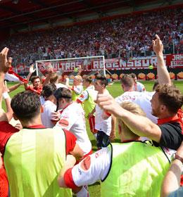 Der SSV Jahn Regensburg feiert die R�ckkehr in die 3. Liga.