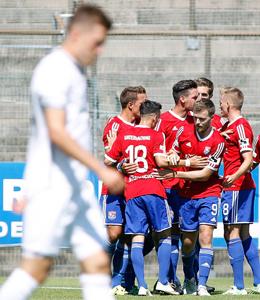 Viermal Hain, einmal Stahl: Unterhaching feiert einen 5:0-Sieg gegen Schweinfurt.